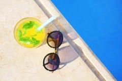Солнечные очки и стекло коктеиля близко Стоковая Фотография RF