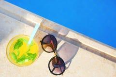 Солнечные очки и стекло коктеиля Стоковое Фото