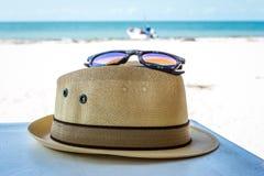 Солнечные очки и шляпа Панамы на пляже Стоковая Фотография RF