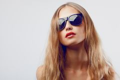 Солнечные очки красивейшего портрета женщины нося Стоковая Фотография RF