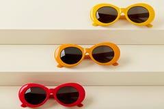 Солнечные очки красных, оранжевых и желтых цветов на белом backgroun Стоковое фото RF
