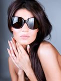 солнечные очки молодой красивейшей женщины нося стоковое фото rf