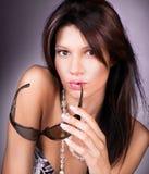 солнечные очки молодой красивейшей женщины нося стоковая фотография