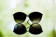 Солнечные очки отдыхая на стекле стоковые изображения rf