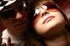 солнечные очки пар модные нося детенышей Стоковая Фотография