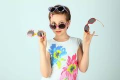 Солнечные очки прелестной девушки нося Одежды девушки нося белые и покрашенные солнечные очки Стоковое фото RF