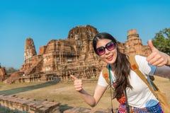 Солнечные очки привлекательного женского путешественника нося Стоковое Фото
