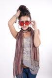 солнечные очки привлекательной смешной девушки красные молодые Стоковое Фото