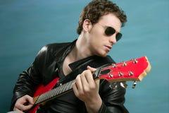 солнечные очки рок-звезды человека кожи куртки гитары Стоковая Фотография RF