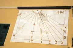 Солнечные часы в рыбацком поселке Camogli, заливе рая, национальном парке Portofino, Genova, Лигурии, Италии стоковые фото