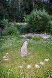 Солнечные часы гранита каменные на лужайке куста вербы стоковое фото rf