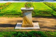 Солнечные солнечные часы часов на национальном саде Афин, Греции стоковые фото