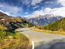 """Солнечный взгляд весны перевала Col d """"Isoard стоковое фото rf"""