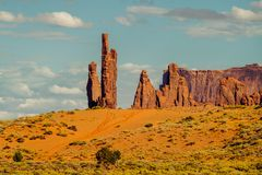 Солнечный день в долине памятника, Юта Тотемный столб и пасмурное голубое небо стоковая фотография rf