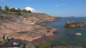 Солнечный день в июле на утесах побережья полуострова Hanko Финляндия акции видеоматериалы