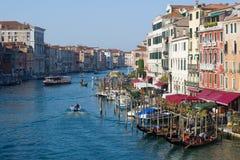 Солнечный день на грандиозном канале взгляд venice rialto Италии канала моста грандиозный Италия venice Стоковые Изображения