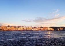 Солнечный день, река Neva, Санкт-Петербург, Россия Стоковые Изображения RF
