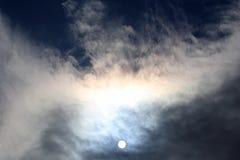 Солнечный диск в полдень через облака стоковые изображения rf