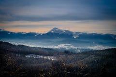 Солнечный зимний день в Bukovel Украина Карпаты стоковое фото