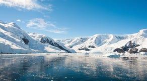Солнечный ландшафт гор в Антарктике Стоковые Изображения RF