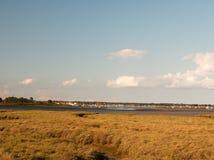 Солнечный ландшафт плоской земли и воды maldon черной в dis Стоковые Изображения