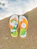 Солнечный летний день ralaxing на пляже в сандалиях кувырка стоковое фото