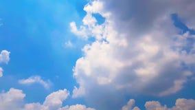 Солнечный луч промежутка времени через помох на голубом небе видеоматериал
