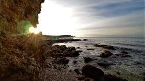 Солнечный луч через утес стоковые фотографии rf