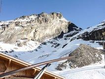 Солнечный на горном виде снега Стоковое Изображение RF
