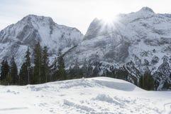 Солнечный пейзаж зимы в горах Альпов Стоковое Изображение RF
