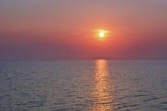 Солнечный путь к морю Заход солнца или восход солнца на море Ясный горизонт стоковое фото rf