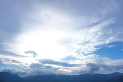 Солнечный свет горы и голубое небо стоковое изображение