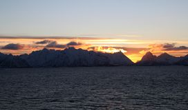 Солнечный свет за горами островов Норвегии Lofoten Красивые острова, точка зрения парома стоковая фотография rf