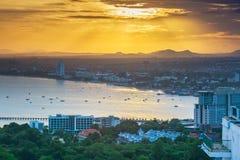 Солнечный свет золота shinning вниз к городу вдоль бортового пляжа Паттайя Стоковые Изображения