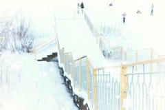 Солнечный свет и снег ландшафта леса зимы стоковая фотография rf