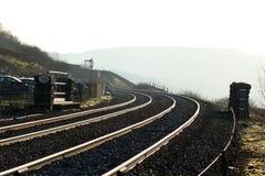 Солнечный свет на железнодорожных путях вокруг кривой Стоковые Изображения RF