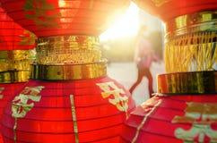 Солнечный свет светит через красный китайский фонарик, через который смогите увидеть силуэт женщины стоковое изображение