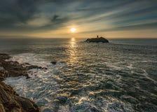 Солнечный свет через море, маяк Godrevy, Корнуолл стоковое фото rf