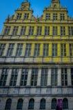 Солнечный свет Goldent понижаясь на здание с щипцом в Генте стоковое фото