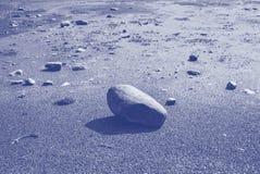 Солнечный тихий пляж с песком, камешками и утесами для recr природы стоковая фотография rf