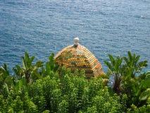 Солнечный seascape французской ривьеры с башней Стоковое Фото