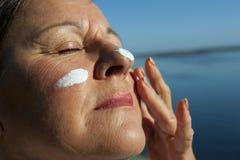 солнцезащитный крем кожи предохранения от рака Стоковое Изображение RF