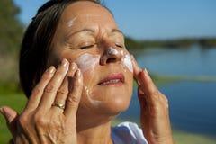 солнцезащитный крем кожи предохранения от рака Стоковое фото RF