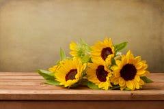 Солнцецветы на деревянной таблице Стоковые Фото