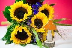 Солнцецветы с орнаментальной тыквой как украшение осени, postcar Стоковое Изображение RF