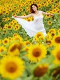 солнцецвет девушки поля Стоковые Фотографии RF