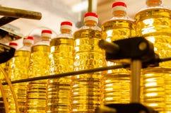 солнцецвет масла падения стилизованный Линия фабрики продукции и заполнять очищенной нефти от семян подсолнуха Транспортер фабрик Стоковые Изображения RF