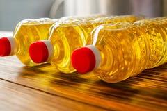 солнцецвет масла падения стилизованный Линия фабрики продукции и заполнять очищенной нефти от семян подсолнуха Транспортер фабрик Стоковое Изображение RF
