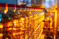 солнцецвет масла падения стилизованный Линия фабрики продукции и заполнять очищенной нефти от семян подсолнуха Транспортер фабрик Стоковые Фото