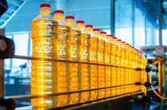 солнцецвет масла падения стилизованный Линия фабрики продукции и заполнять очищенной нефти от семян подсолнуха Транспортер фабрик Стоковое Изображение